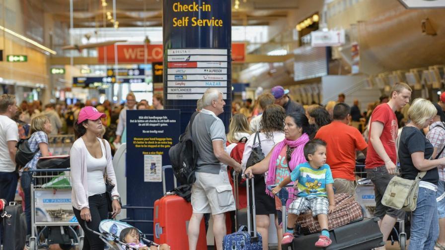 Петмесечно бебе почина на летище в Испания