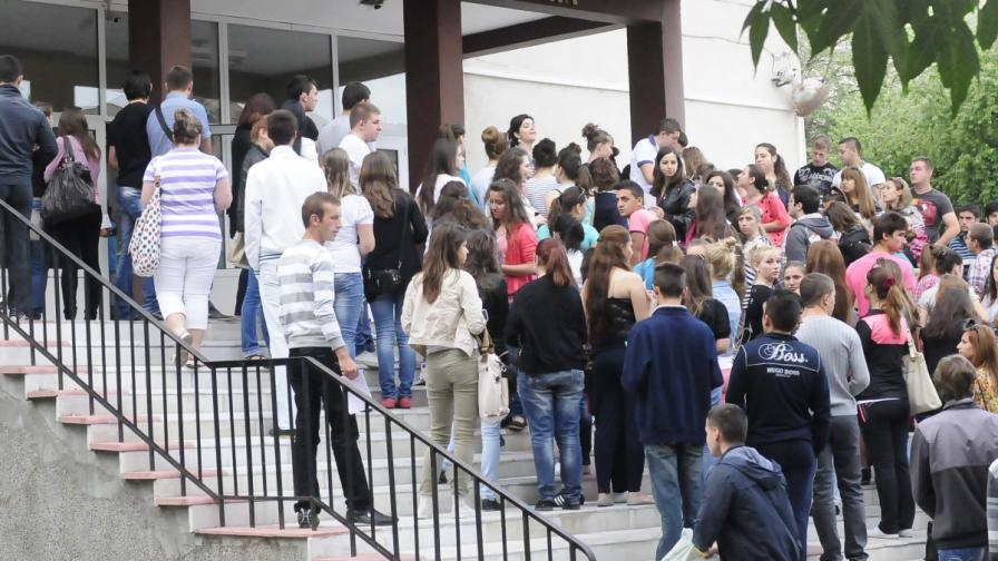 Втори шанс: Близо 5000 ученици на матурата по литература