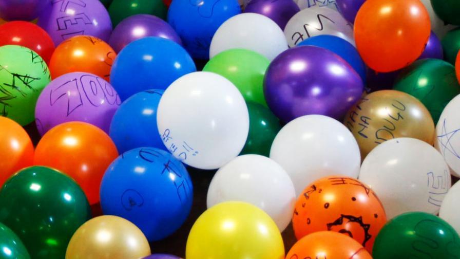 На път над Атлантическия океан с грозд от 370 балона