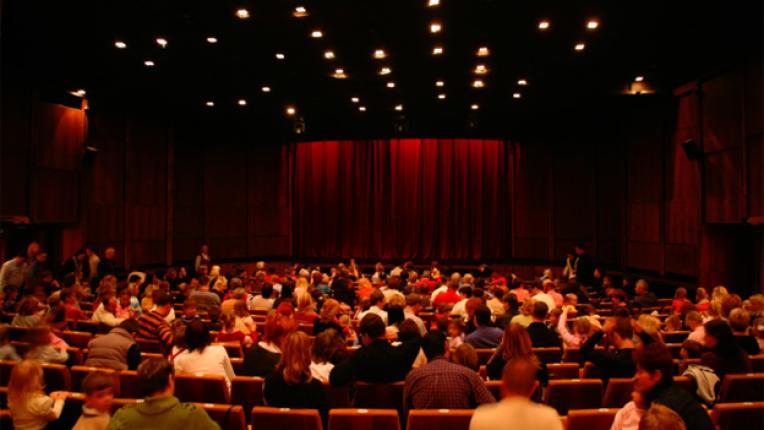 театър сцена публика