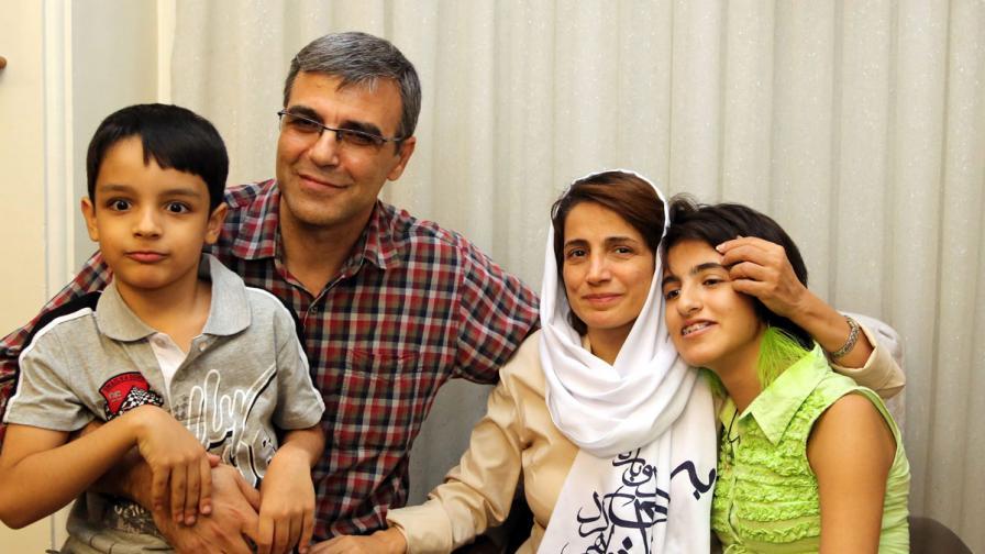 Насрин Сотуде, съпругът й и двете им деца