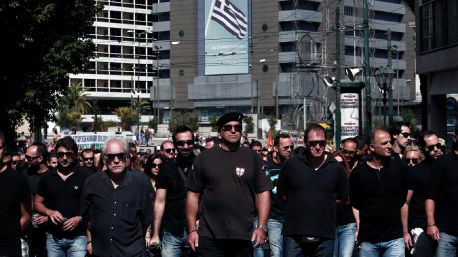 Бивши служители на Общинската полиция в Атина, извършват символично погребение на службата, от която са били съкратени