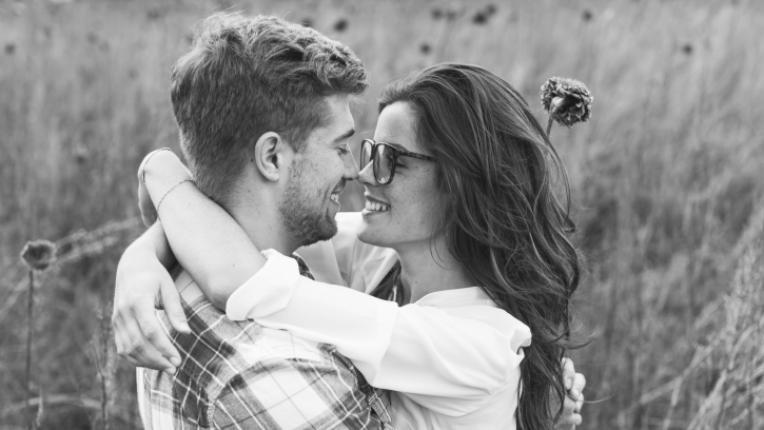 двойка влюбени любов