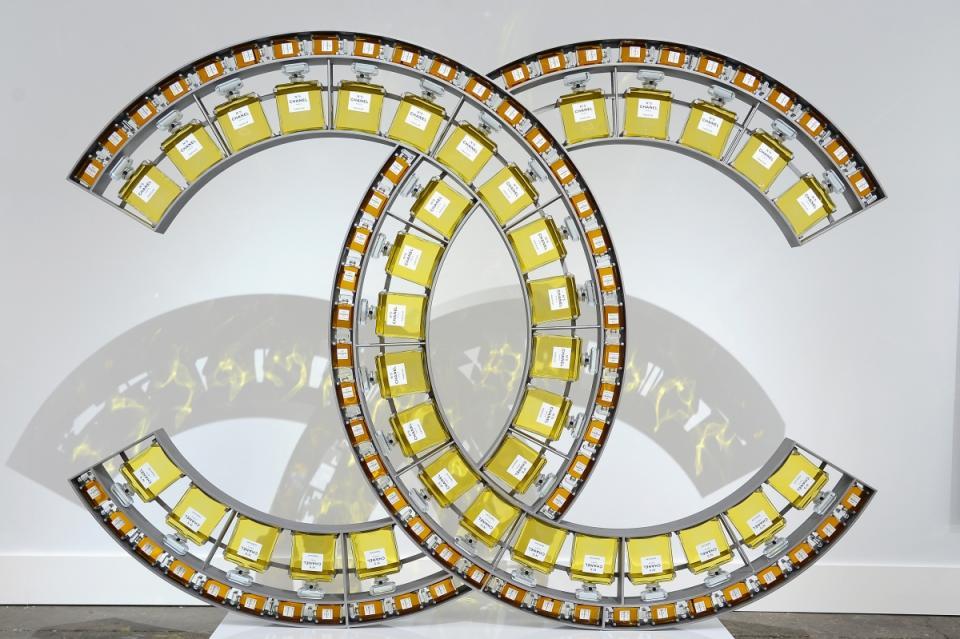 Карл Лагерфелд представи новата колекция на Chanel за пролет/лято 2014 по време на Седмицата на модата в Париж. Според него новите модели съчетават класическия силует на Chanel с десетките цветове на калейдоскопа, за да изградят перфектния синхрон между класиката и младежкото излъчване.