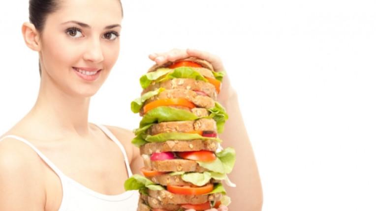 жена закуска сандвич преяждане