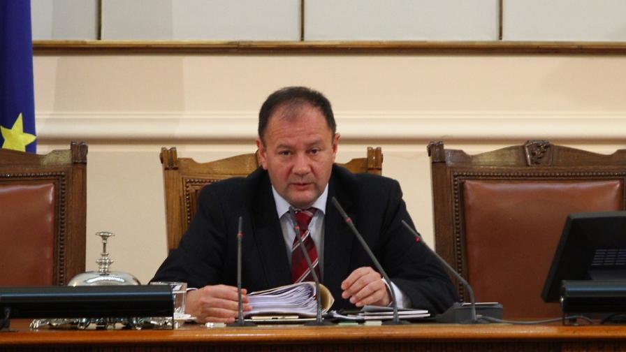 Миков не прогнозира дали парламентът ще заседава отново
