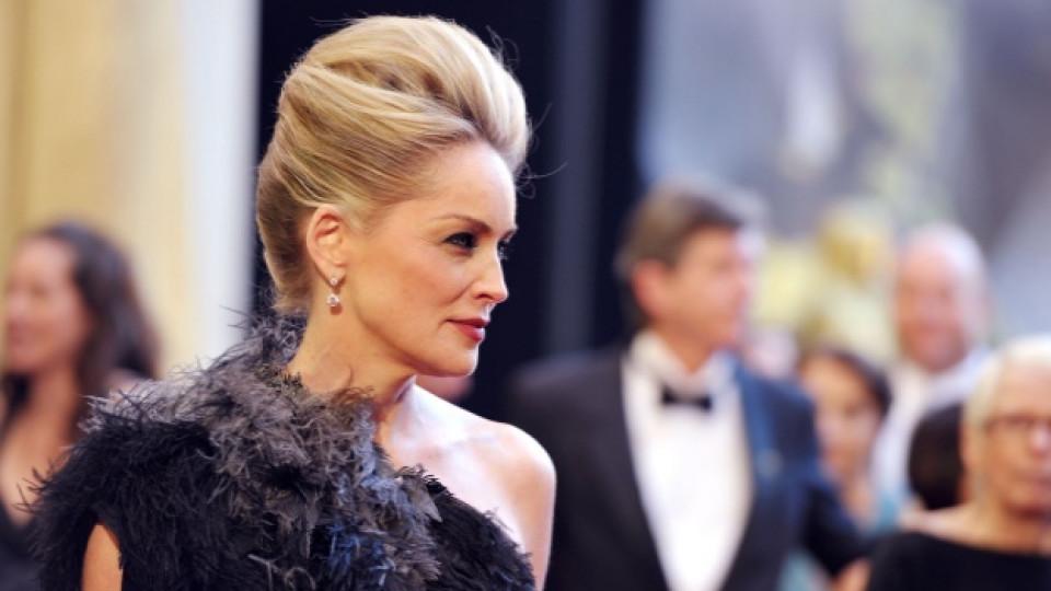"""Шарън Стоун пристига на миналогодишната церемония по раздаването на наградите """"Оскар"""""""