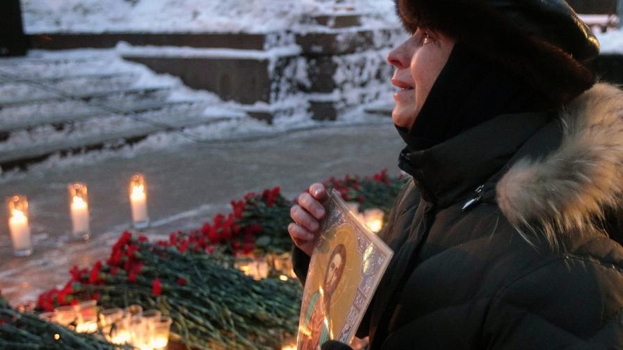 """Жена, загубила свои близки при атентата на летище """"Домодедово"""" на възпоменателна церемония в центъра на Москва"""