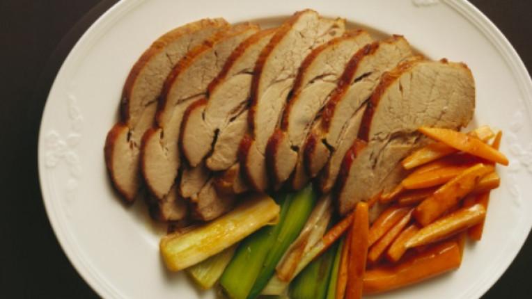 месо печене шпиковане техника свинско подправки морков