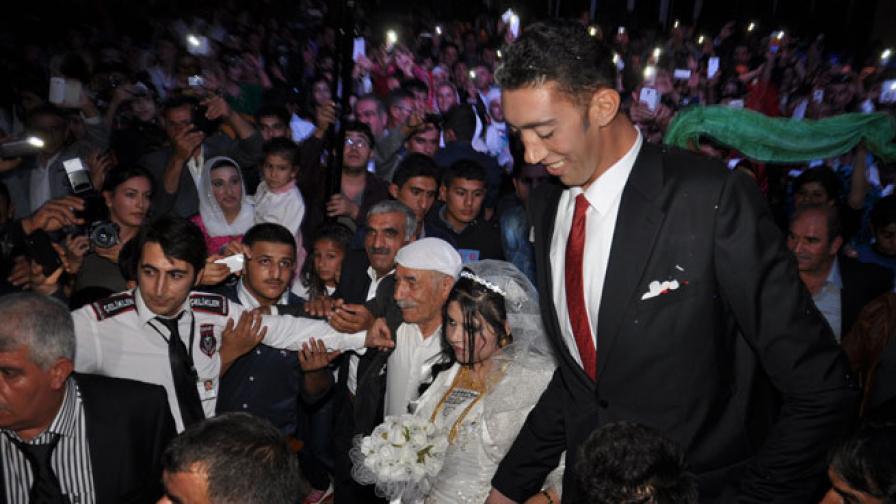 Най-високият мъж света мина под венчило