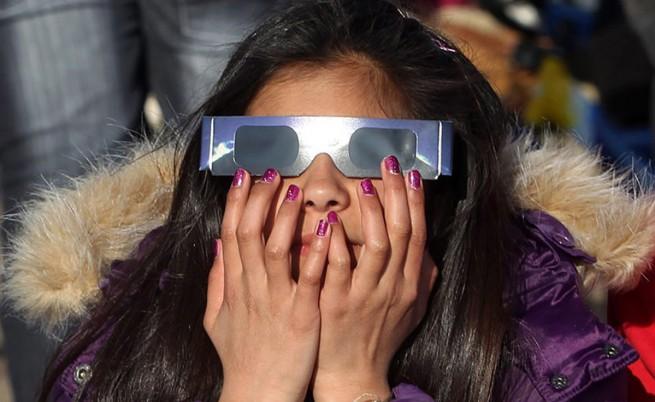 Селфитата със слънчевото затъмнение могат да увредят очите ни