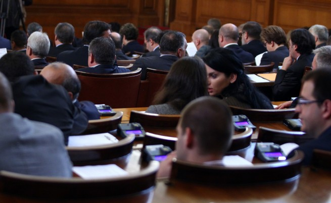 Депутатите отложиха гласуването на бюджетната рамка заради ВЕИ данъка