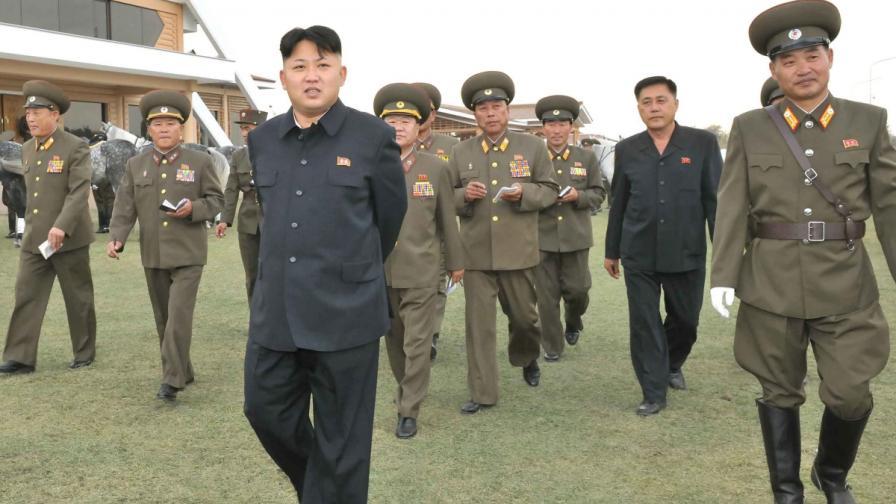 Ким Чен-ун сред севернокорейски военни
