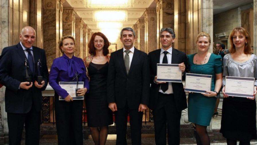 Президентът Росен Плевнелиев и Красимира Величкова от БДФ с представители на наградените от Български дарителски форум за 2013 г.