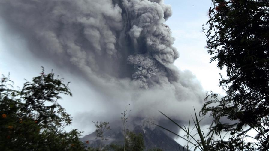 Два вулкана изригнаха в Индонезия