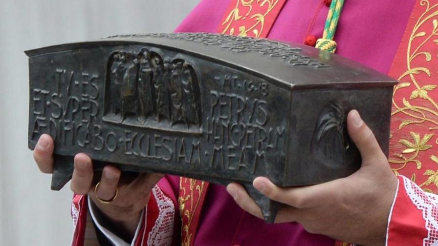 Изложиха за пръв път мощи на Свети Петър във Ватикана