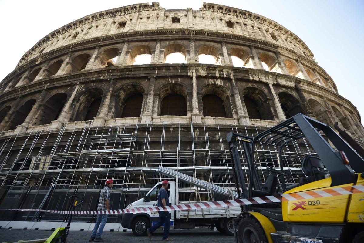 Колизеумът е завършен през 80 г. Най-големият амфитеатър от времето на Римската империя е с размери 188 на 156 м и височина 48,50 м. Той е посещаван от около 6 млн. души годишно.