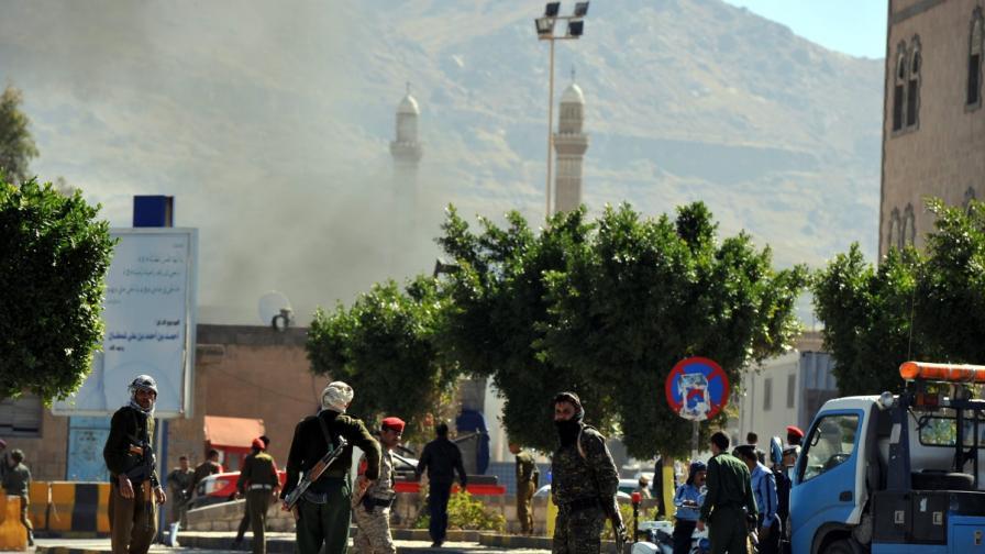 Десетки загинали при бомбен атентат и престрелка в Сана
