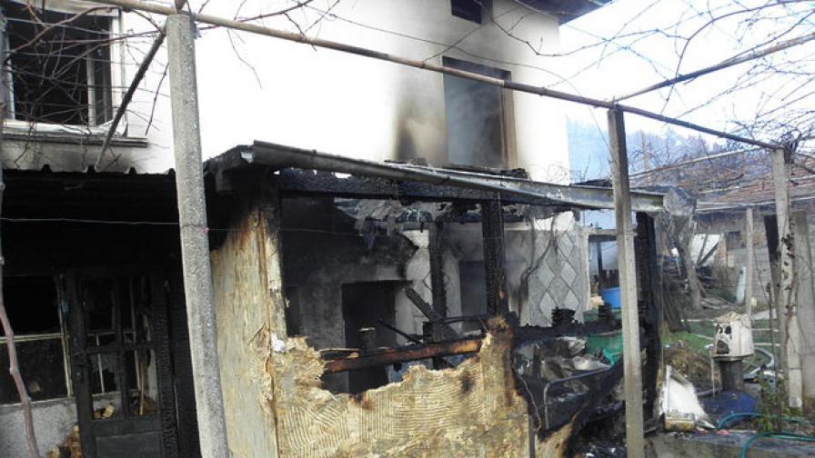 Пожар унищожи къща и лятна кухня в Симитли