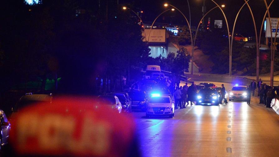 Мъж се самозапали пред парламента в Анкара