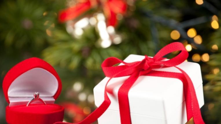 брак предложение Коледа Нова година технологии партньори двойка пръстен