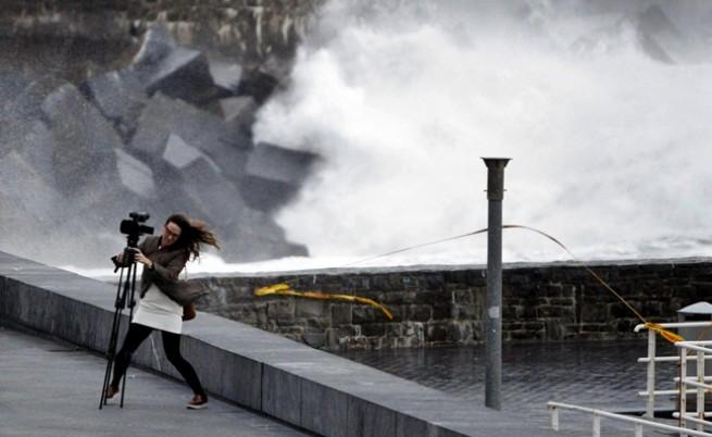 Студ и буря в Западна Европа, топло в Москва