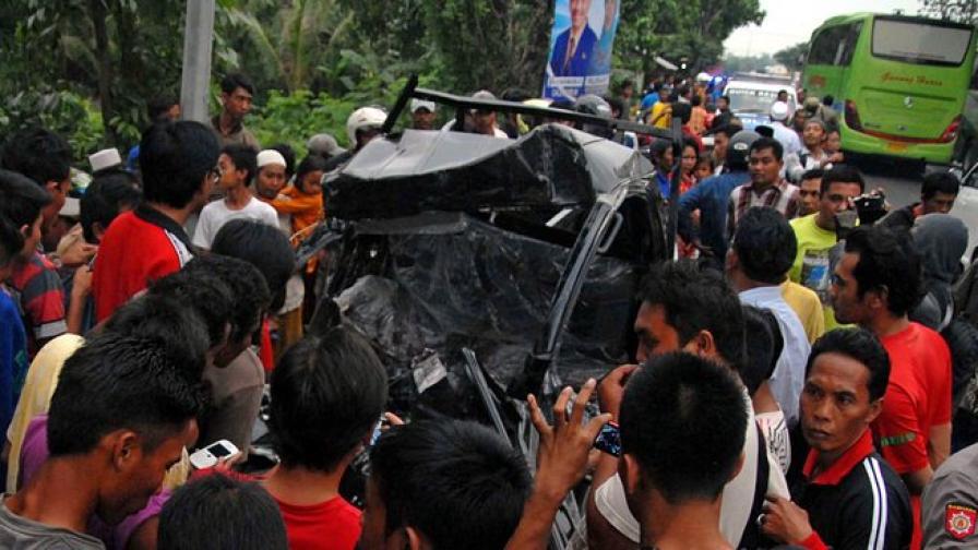 Безразсъден шофьор погуби хора в Индонезия