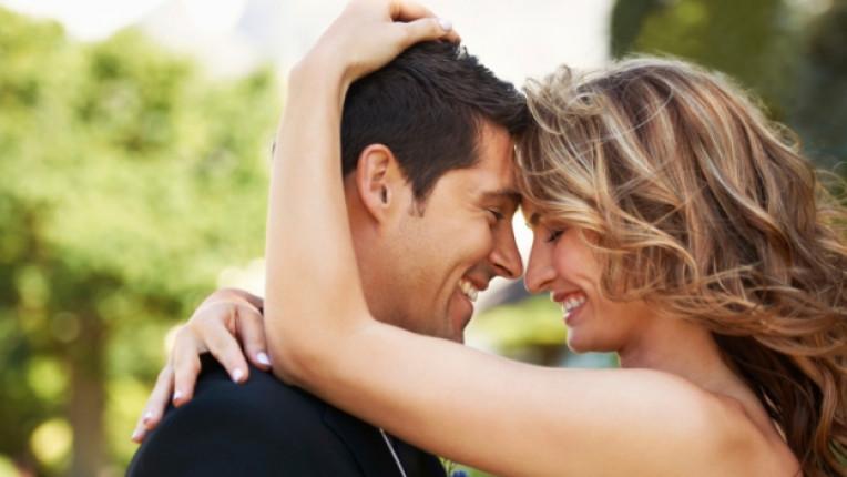 мъж жена любов целувка