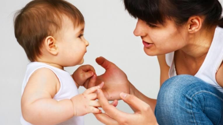 бебе родители говорене общуване думи срички езикови умения