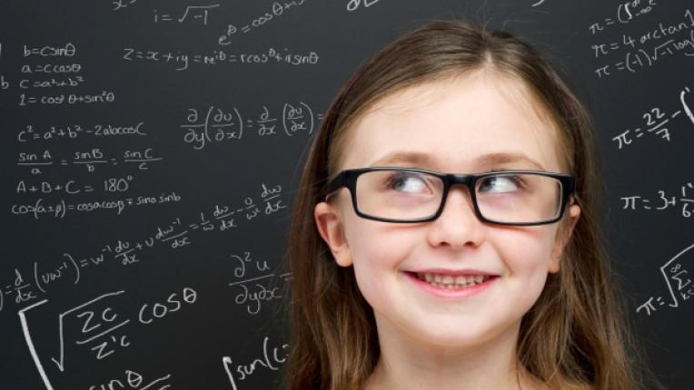 умно дете момиче училище дъска